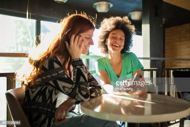 Amis, passer du temps ensemble au café