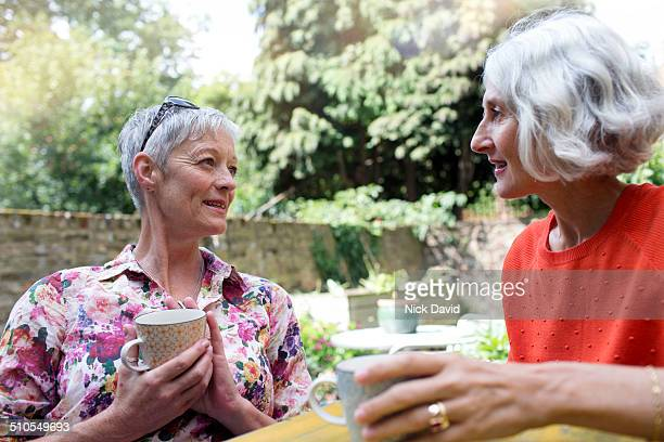 friends spending time together - female friendship stock pictures, royalty-free photos & images