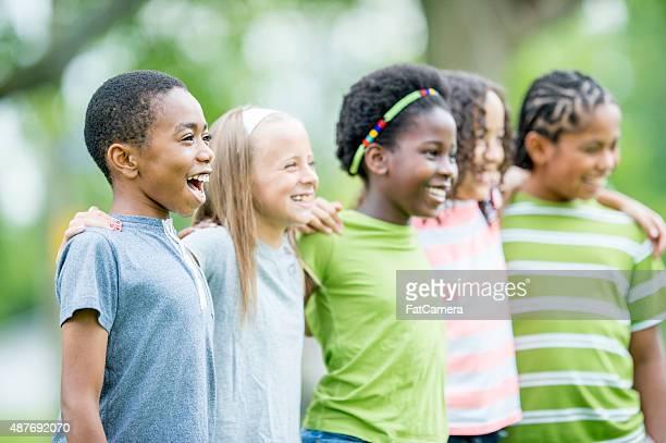 Amis debout dans une ligne sur le parc