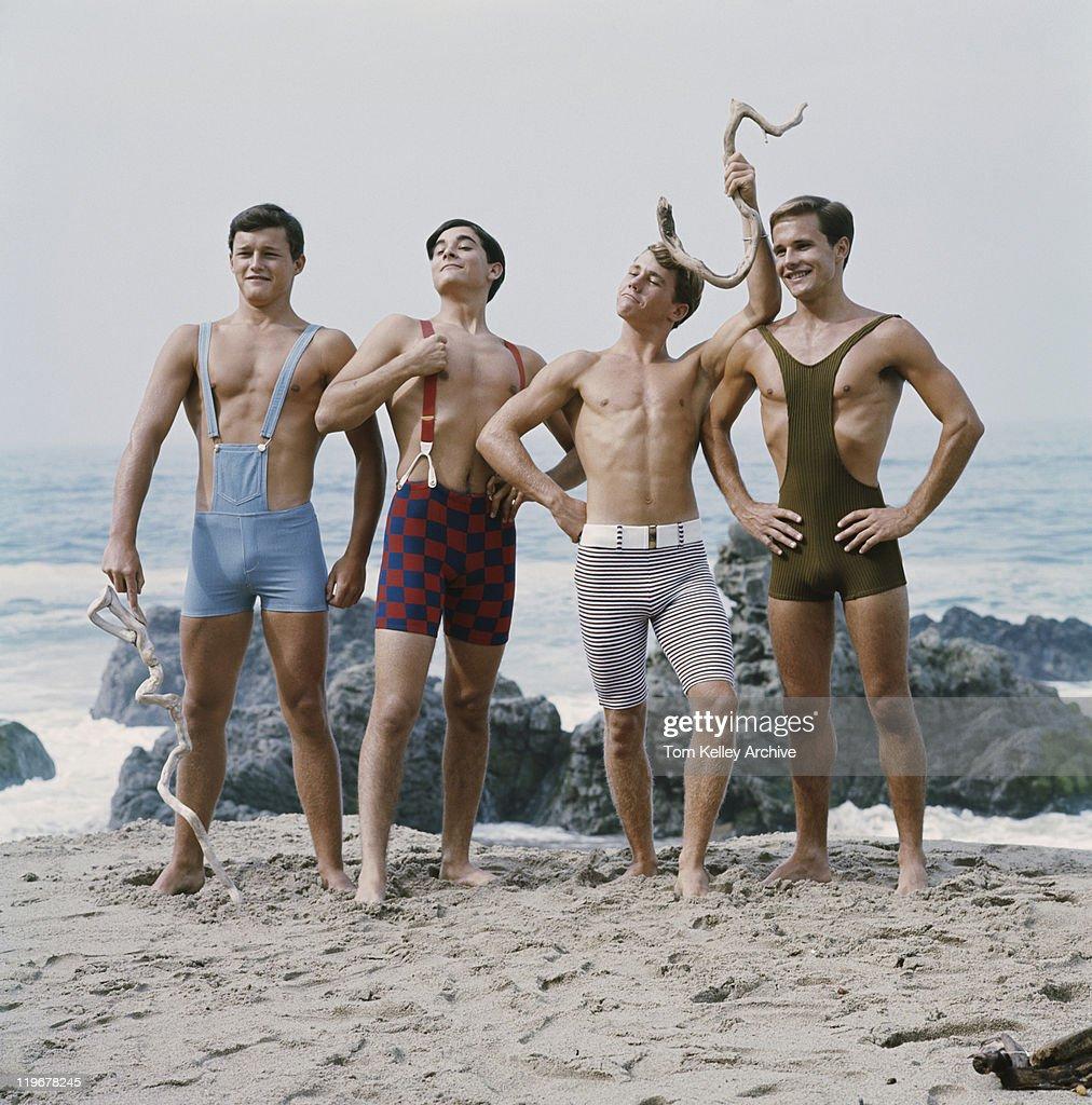 Amis debout sur la plage, souriant : Photo