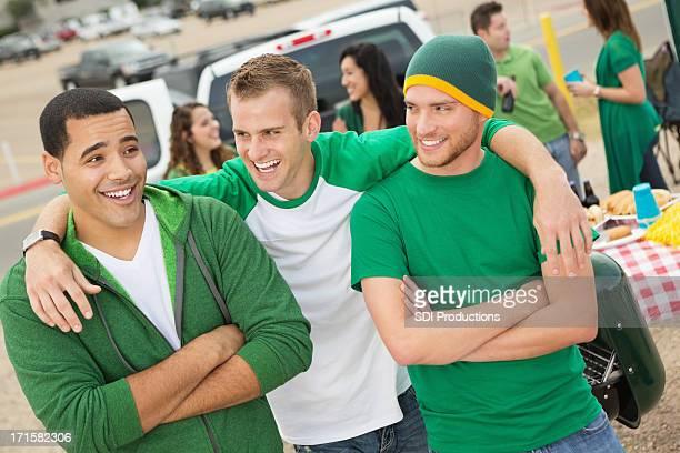 Amigos conducir sin la distancia reglamentaria cerca durante el partido de fútbol americano universitario stadium
