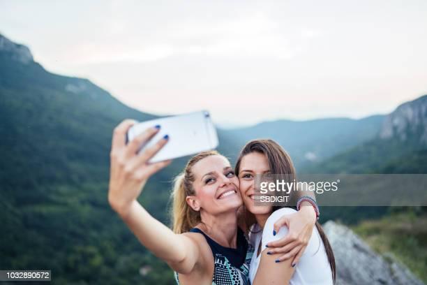 freunde nehmen selfie auf bergkette - fotografieren stock-fotos und bilder