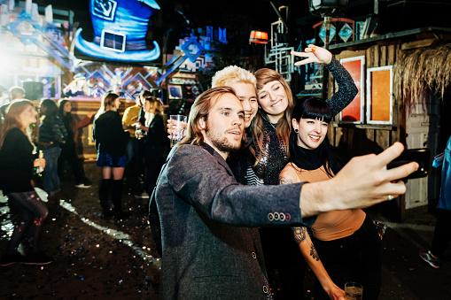 Friends Take Selfie Together On Dance Floor At Open Air Nightclub - gettyimageskorea
