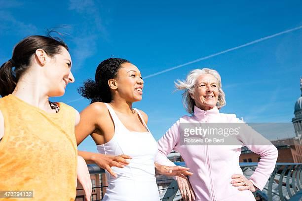 amis prenant une paus'après la course - âges mélangés photos et images de collection