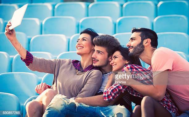 amis prenant un autoportrait avec une tablette numérique - petit groupe de personnes photos et images de collection