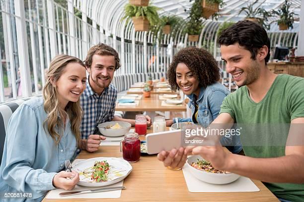 Amis prenant un selfie dans un restaurant
