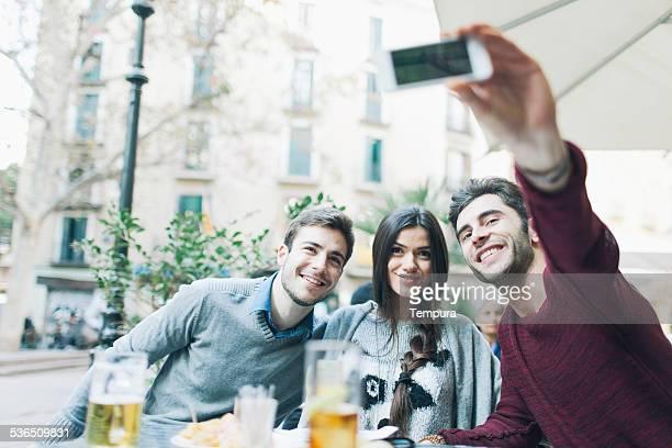 Amis prenant un selfie à Barcelone.