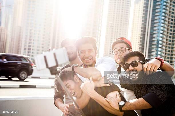 Freunde, die ein selfie auf Dubai Marina bei einem Urlaub