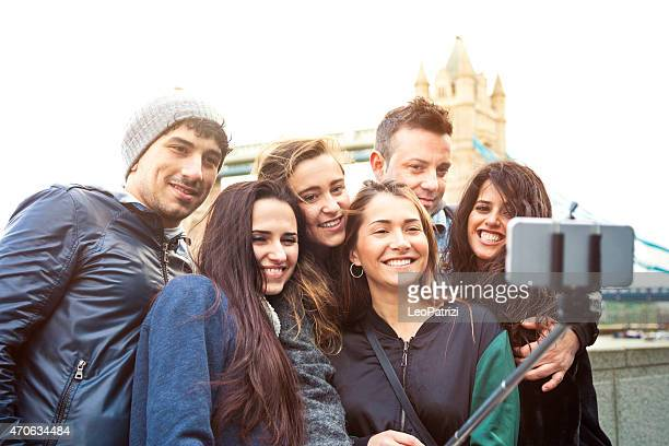 Amis prenant un selfie dans London Tower Bridge