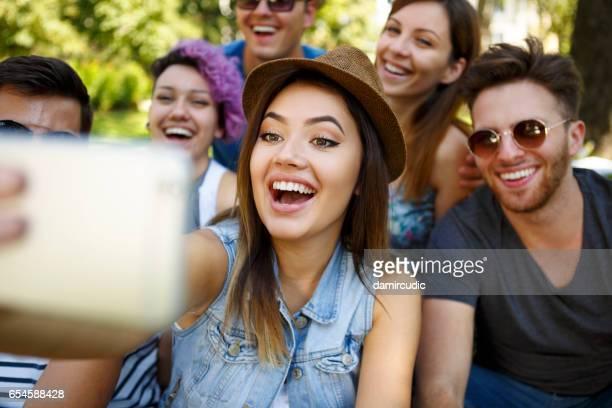 Freunde nehmen einen Selfie im freien