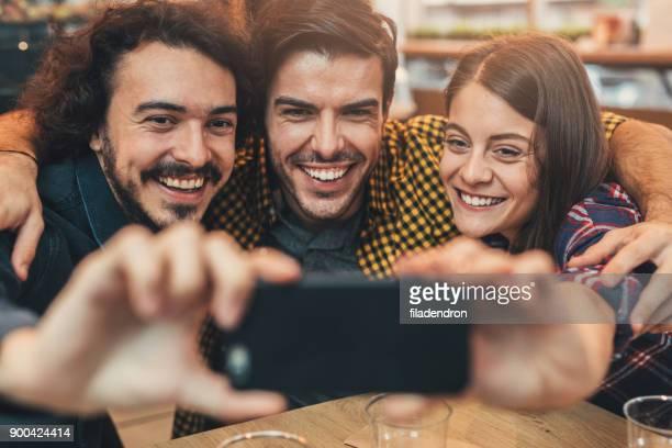 Freunde, die ein selfie