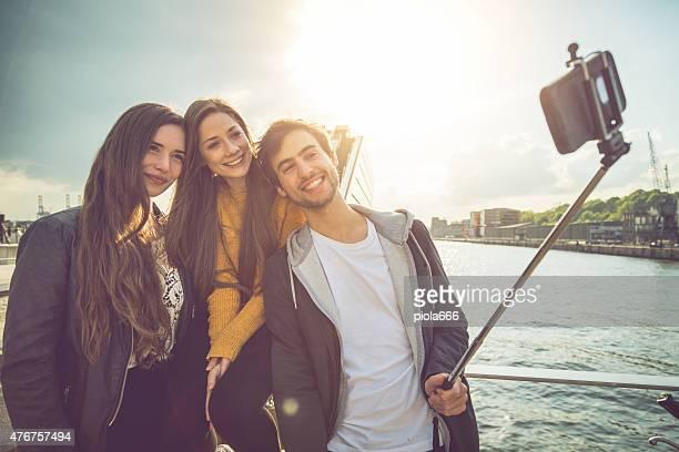 Amis prenant un selfie bâton à Hambourg