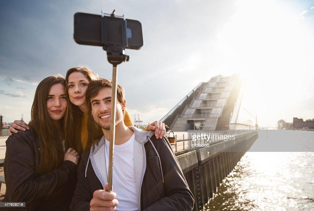 Amis prenant un selfie bâton à Hambourg : Photo