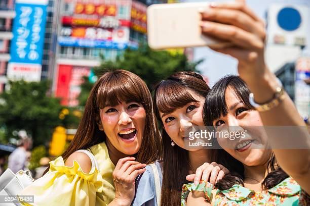ご友人とご一緒にセルフィを撮っている東京の渋谷