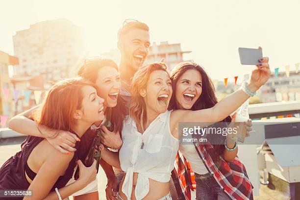 Amigos tomando autofoto en el último piso