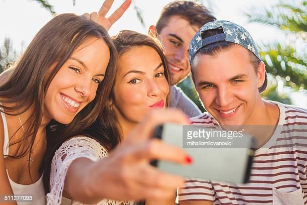 Amis prenant des autophotos