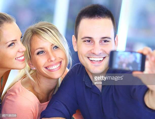 amici prendendo selfie. - gilaxia foto e immagini stock