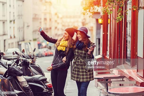 Amigos tomando autofoto juntos