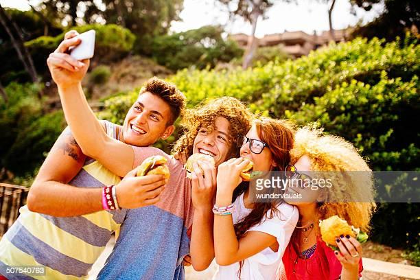 Freunde nehmen Selfie mit Hamburger