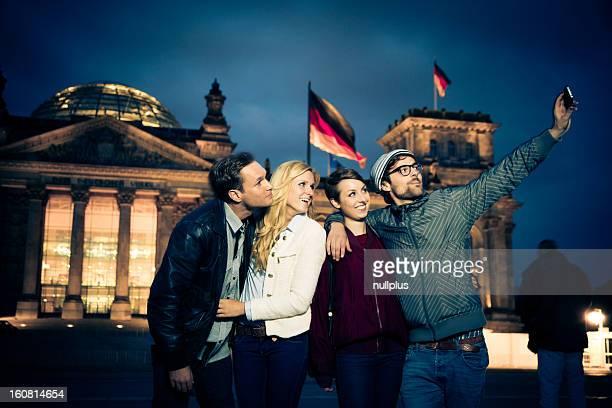 Amis de prendre une photo devant le reichstag