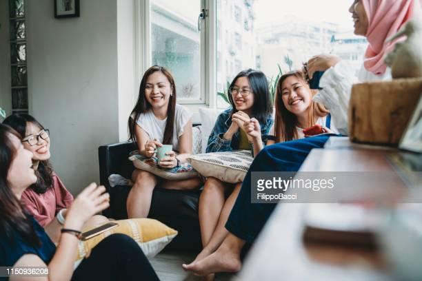 友人は自宅でコーヒーを話し、飲みます - vietnam ストックフォトと画像
