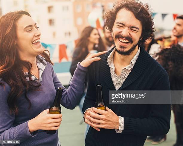 Freunden reden und Lachen auf einer Party