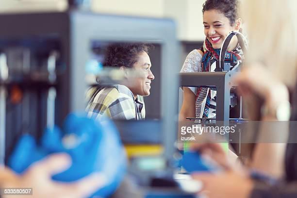 Os amigos a falar na impressora 3D de