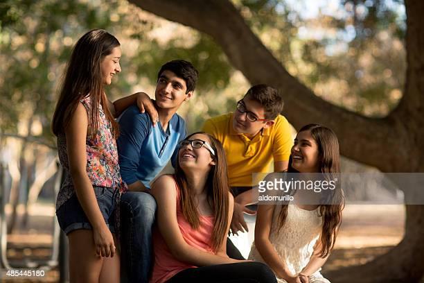 Freunde reden im park