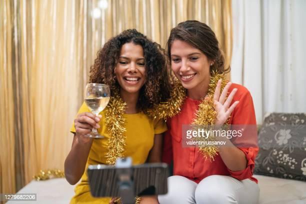 freunde telekonferenzen und feiern online-silvesterparty zu hause, während covid-19 pandemie - 30 34 years stock-fotos und bilder