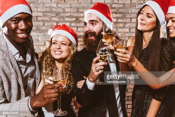 Freunde auf der Party zu Weihnachten Toasten