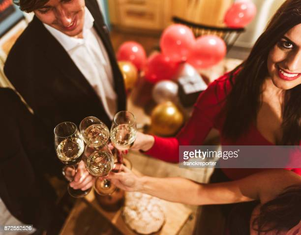 Freunde, toasten, Champagner für das neue Jahr