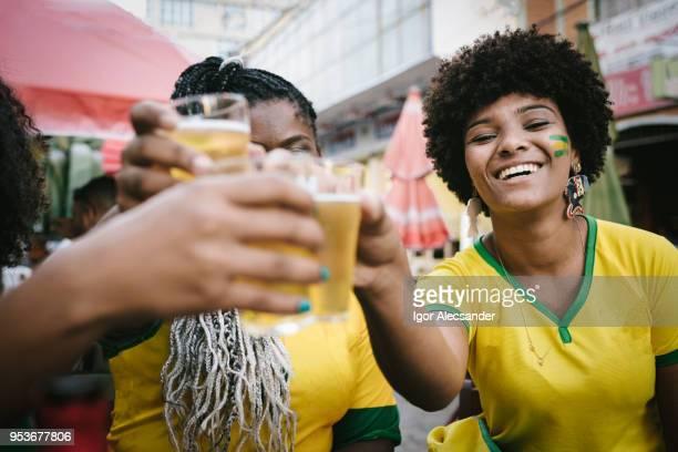 Amigos brindando a vitória do Brasil