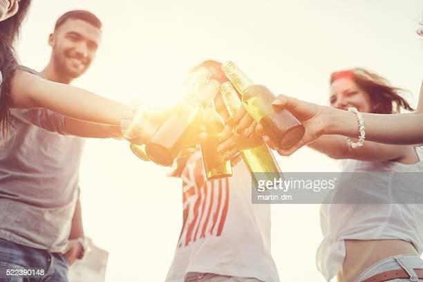 Amis portant un toast avec bouteilles