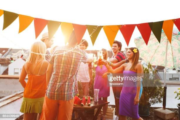 Toasten mit Getränken auf Dachterrasse Party Freunde