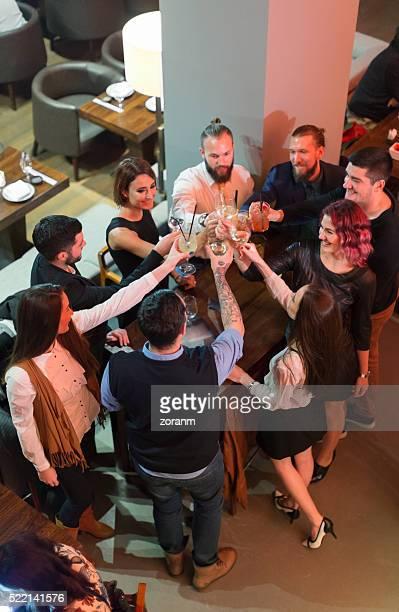 Freunden anstoßen mit einem Drink in der Bar