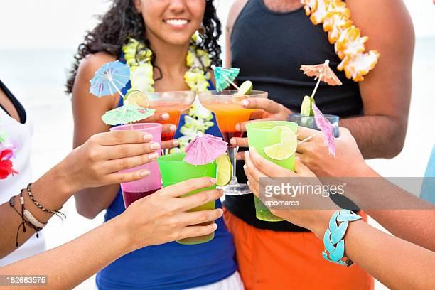 Freunden anstoßen mit tropischen drinks