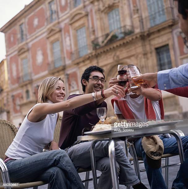 friends toasting with wine glasses - murcia - fotografias e filmes do acervo