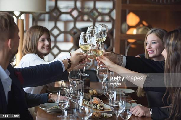 ご友人とご一緒に、ワインでの乾杯レストラン