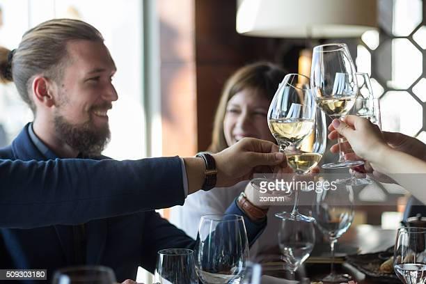 Freunden anstoßen mit Wein