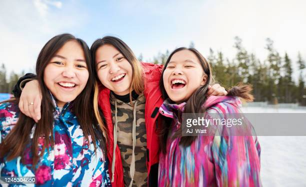 friends together at recess - first nations stock pictures, royalty-free photos & images