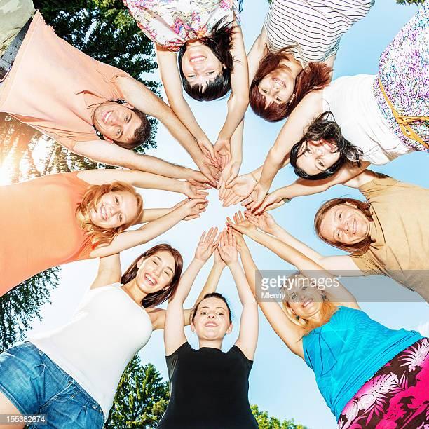 Amis ensemble d'équipe les mains dans le cercle