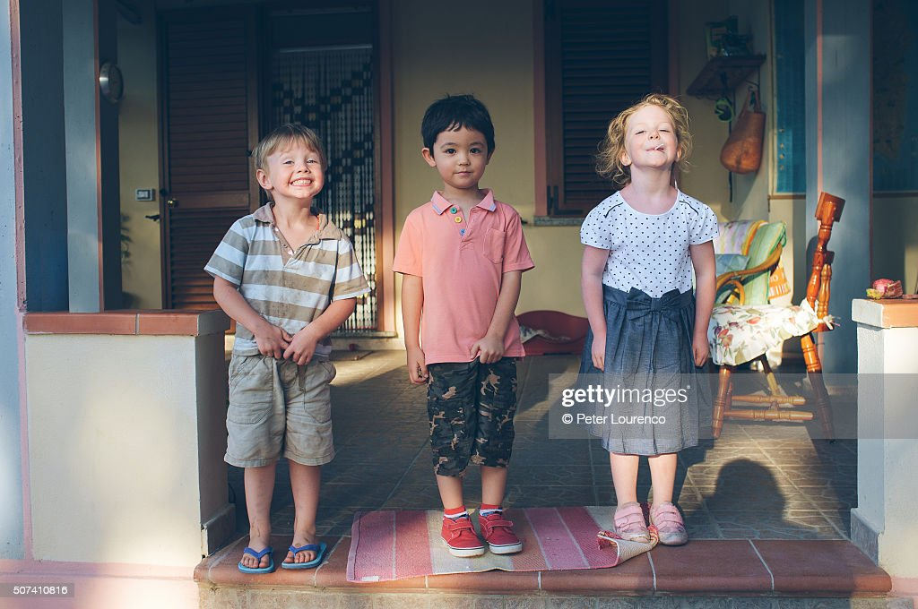 3 friends together in the porch of a holiday villa : Stock-Foto