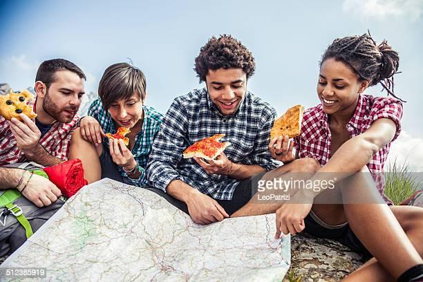 Freundinnen entspannen in die Berge