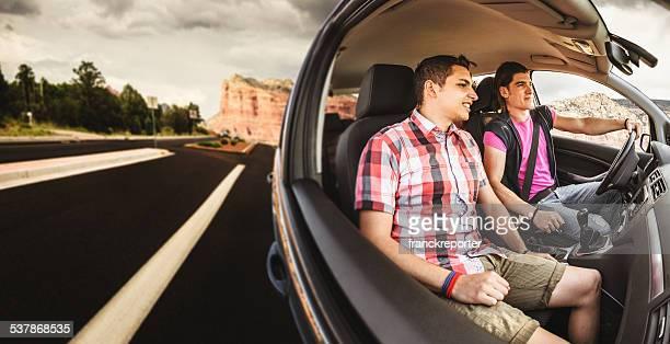 Amigos União no carro de partir para férias