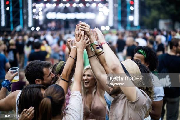 ¡la unidad de los amigos en el festival de música! - manos en el aire fotografías e imágenes de stock