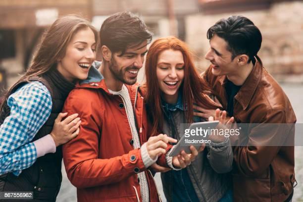 Freunde mit einem Tablet in der Stadt