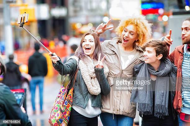 ご友人との自分撮り棒を使ってマンハッタンのタイムズスクエア