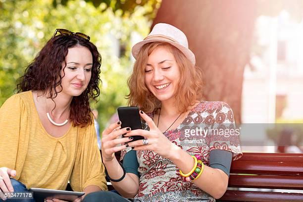 Freunde mit Smartphone im Herbst Park im Freien