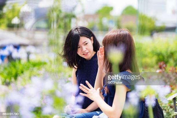 お友達と開花の季節の間に公共駐車場