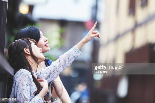お友達と、京都の有名な観光地を訪問 - 案内 ストックフォトと画像